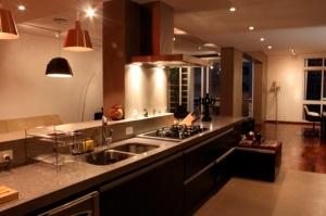 Apartamento alugado: cobrindo piso e azulejo antigo.