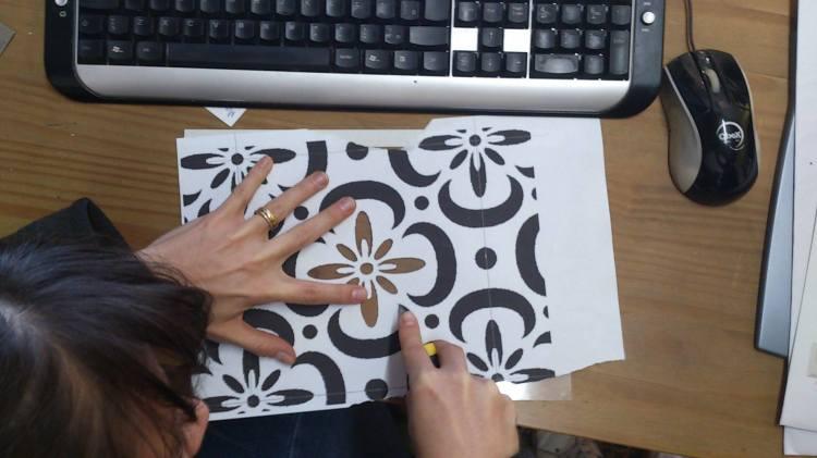 mesa com estêncil da Erika Karpuk