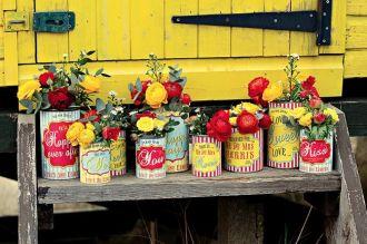 rótulos, latas e flores