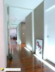 O piso precisou ser elevado para restaurar as tubulações anteriormente destruídas, e com isso embutimos a iluminação. Projeto Erika karpuk