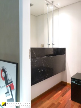 A falta de espaço no lavabo idealizado foi o mobilizador para utilização da torneira vinda do teto. Posição ideal para lavar as mãos mesmo no espaço reduzido. Projeto Erika Karpuk