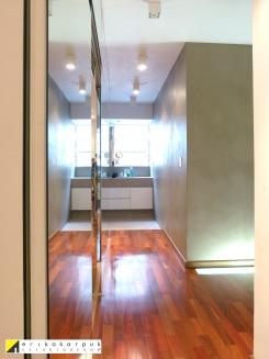 Sem portas entre dormitório e banheiro. E entre eles o closet. Na área intima o conceito Loft também prevalece. Projeto Erika Karpuk