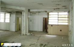 Cozinha e porta de entrada. ANTES da reforma. Projeto Erika Karpuk