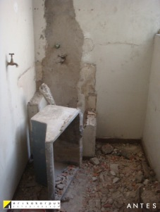 Antiga lavanderia se transformou em banheiro da suíte. ANTES da reforma. Projeto Erika Karpuk