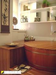 Ofurô. Alinhado à arquitetura, com paredes funcionais e armário sobre o deck para guardar itens de banho. Projeto Erika Karpuk