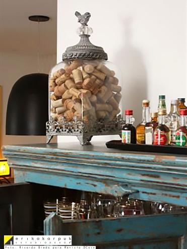Detalhe da decoração - Bar, rolhas na decoração e coleção de garrafinhas. Projeto Erika Karpuk