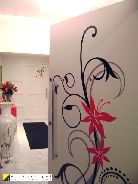 Hall de entrada. Arte personalizada em vinil na porta de entrada e suíte Reforma e decoração no Ap na vl. Leopoldina em SP. Projeto Erika Karpuk