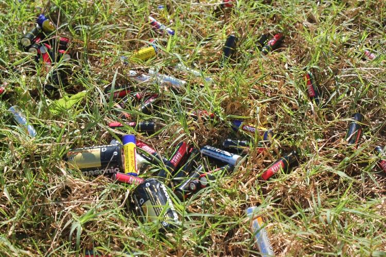 pilhas e bateriais no lixo