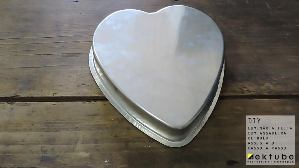 arandela DIY feita com assadeira por erika karpuk para Ektube #utensíliosdecozinha na decoração